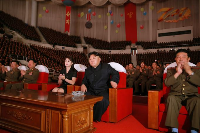 150804 - SK -  KIM JONG UN - Marschall KIM JONG UN sah sich eine Darbietung zum 62. Jahrestag des Sieges im Krieg an - 03 -경애하는 김정은동지께서 인민군장병들과 함께 위대한 조국해방전쟁승리 62돐경축 공훈국가합창단공연을 관람하시였다