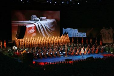 150804 - SK -  KIM JONG UN - Marschall KIM JONG UN sah sich eine Darbietung zum 62. Jahrestag des Sieges im Krieg an - 04 -경애하는 김정은동지께서 인민군장병들과 함께 위대한 조국해방전쟁승리 62돐경축 공훈국가합창단공연을 관람하시였다
