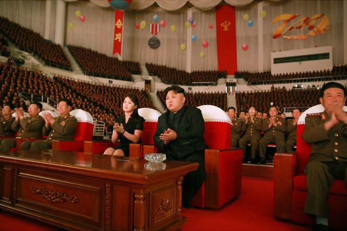 150804 - SK -  KIM JONG UN - Marschall KIM JONG UN sah sich eine Darbietung zum 62. Jahrestag des Sieges im Krieg an - 05 -경애하는 김정은동지께서 인민군장병들과 함께 위대한 조국해방전쟁승리 62돐경축 공훈국가합창단공연을 관람하시였다