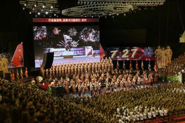 150804 - SK -  KIM JONG UN - Marschall KIM JONG UN sah sich eine Darbietung zum 62. Jahrestag des Sieges im Krieg an - 07 -경애하는 김정은동지께서 인민군장병들과 함께 위대한 조국해방전쟁승리 62돐경축 공훈국가합창단공연을 관람하시였다