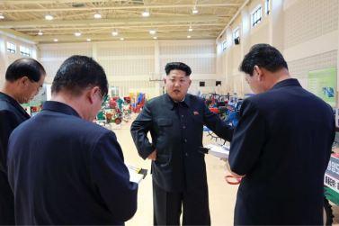 150806 - SK - KIM JONG UN - Marschall KIM JONG UN besichtigte die Landmaschinenausstellung - 01 - 경애하는 김정은동지께서 농기계전시장을 돌아보시였다