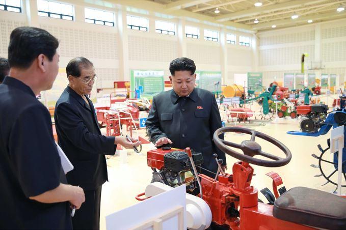 150806 - SK - KIM JONG UN - Marschall KIM JONG UN besichtigte die Landmaschinenausstellung - 02 - 경애하는 김정은동지께서 농기계전시장을 돌아보시였다