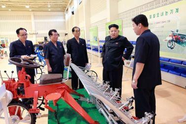 150806 - SK - KIM JONG UN - Marschall KIM JONG UN besichtigte die Landmaschinenausstellung - 03 - 경애하는 김정은동지께서 농기계전시장을 돌아보시였다