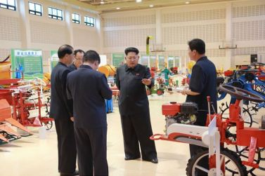 150806 - SK - KIM JONG UN - Marschall KIM JONG UN besichtigte die Landmaschinenausstellung - 04 - 경애하는 김정은동지께서 농기계전시장을 돌아보시였다