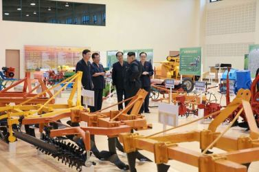 150806 - SK - KIM JONG UN - Marschall KIM JONG UN besichtigte die Landmaschinenausstellung - 05 - 경애하는 김정은동지께서 농기계전시장을 돌아보시였다