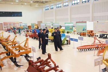 150806 - SK - KIM JONG UN - Marschall KIM JONG UN besichtigte die Landmaschinenausstellung - 06 - 경애하는 김정은동지께서 농기계전시장을 돌아보시였다