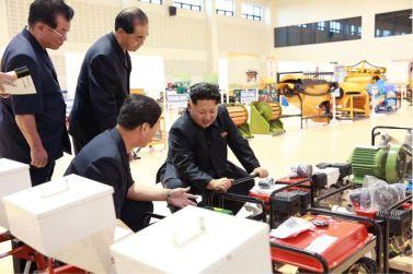 150806 - SK - KIM JONG UN - Marschall KIM JONG UN besichtigte die Landmaschinenausstellung - 07 - 경애하는 김정은동지께서 농기계전시장을 돌아보시였다