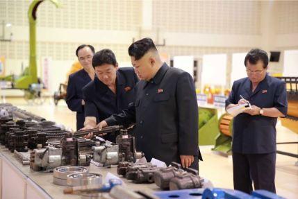 150806 - SK - KIM JONG UN - Marschall KIM JONG UN besichtigte die Landmaschinenausstellung - 08 - 경애하는 김정은동지께서 농기계전시장을 돌아보시였다