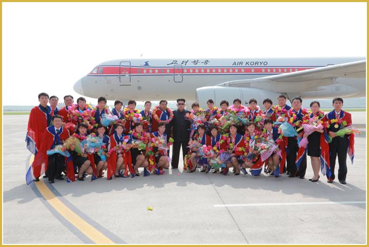150811 - Naenara - KIM JONG UN - Marschall KIM JONG UN empfing auf dem Flughafen die siegreichen Fußballspielerinnen der DVRK - 06 - 2015년 동아시아축구련맹 녀자동아시아컵경기대회에서 영예의 제1위를 쟁취한 선군조선의 빨찌산녀전사들 그리운 조국의 품으로 돌아왔다