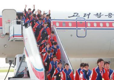 150811 - SK - KIM JONG UN - Marschall KIM JONG UN empfing auf dem Flughafen die siegreichen Fußballspielerinnen der DVRK - 02 - 2015년 동아시아축구련맹 녀자동아시아컵경기대회에서 영예의 제1위를 쟁취한 선군조선의 빨찌산녀전사들 그리운 조국의 품으로 돌아왔다