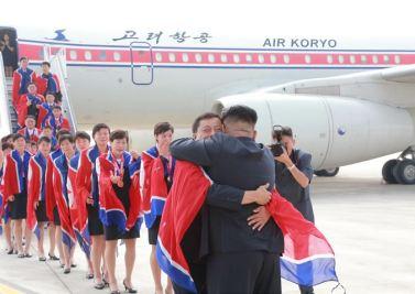 150811 - SK - KIM JONG UN - Marschall KIM JONG UN empfing auf dem Flughafen die siegreichen Fußballspielerinnen der DVRK - 04 - 2015년 동아시아축구련맹 녀자동아시아컵경기대회에서 영예의 제1위를 쟁취한 선군조선의 빨찌산녀전사들 그리운 조국의 품으로 돌아왔다