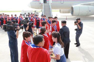 150811 - SK - KIM JONG UN - Marschall KIM JONG UN empfing auf dem Flughafen die siegreichen Fußballspielerinnen der DVRK - 05 - 2015년 동아시아축구련맹 녀자동아시아컵경기대회에서 영예의 제1위를 쟁취한 선군조선의 빨찌산녀전사들 그리운 조국의 품으로 돌아왔다
