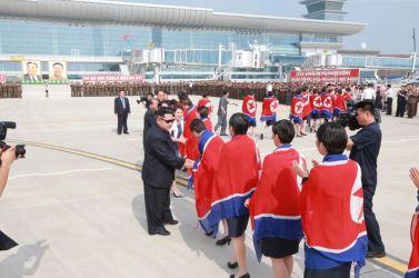 150811 - SK - KIM JONG UN - Marschall KIM JONG UN empfing auf dem Flughafen die siegreichen Fußballspielerinnen der DVRK - 08 - 2015년 동아시아축구련맹 녀자동아시아컵경기대회에서 영예의 제1위를 쟁취한 선군조선의 빨찌산녀전사들 그리운 조국의 품으로 돌아왔다
