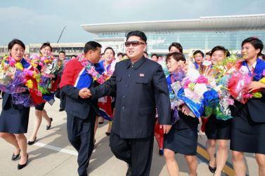 150811 - SK - KIM JONG UN - Marschall KIM JONG UN empfing auf dem Flughafen die siegreichen Fußballspielerinnen der DVRK - 09 - 2015년 동아시아축구련맹 녀자동아시아컵경기대회에서 영예의 제1위를 쟁취한 선군조선의 빨찌산녀전사들 그리운 조국의 품으로 돌아왔다