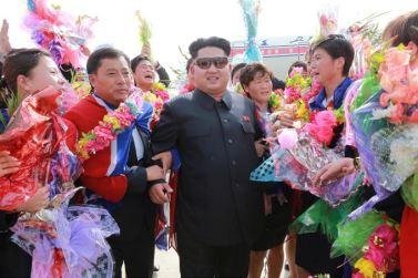 150811 - SK - KIM JONG UN - Marschall KIM JONG UN empfing auf dem Flughafen die siegreichen Fußballspielerinnen der DVRK - 10 - 2015년 동아시아축구련맹 녀자동아시아컵경기대회에서 영예의 제1위를 쟁취한 선군조선의 빨찌산녀전사들 그리운 조국의 품으로 돌아왔다