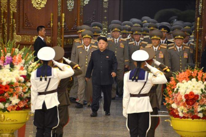 150815 - SK - Marschall KIM JONG UN besuchte den Sonnenpalast Kumsusan - 01 - 경애하는 김정은동지께서 조국해방 70돐에 즈음하여 조선인민군 지휘성원들과 함께 금수산태양궁전을 찾으시였다