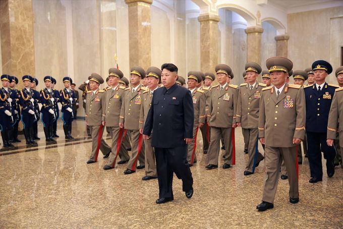 150815 - SK - Marschall KIM JONG UN besuchte den Sonnenpalast Kumsusan - 02 - 경애하는 김정은동지께서 조국해방 70돐에 즈음하여 조선인민군 지휘성원들과 함께 금수산태양궁전을 찾으시였다