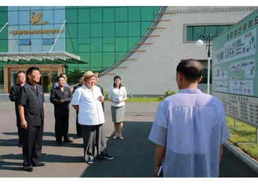 150901 - RS - KIM JONG UN - Marschall KIM JONG UN besichtigte das neugebaute Maisverarbeitungswerk Pyongyang - 02 - 경애하는 김정은동지께서 새로 건설한 평양강냉이가공공장을 현지지도하시였다