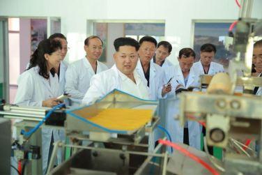 150901 - SK - KIM JONG UN - Marschall KIM JONG UN besichtigte das neugebaute Maisverarbeitungswerk Pyongyang - 02 - 경애하는 김정은동지께서 새로 건설한 평양강냉이가공공장을 현지지도하시였다