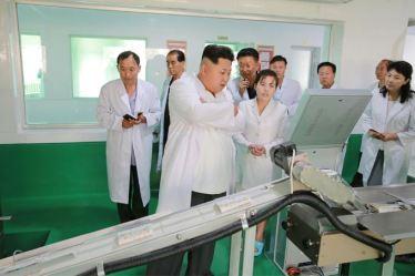 150901 - SK - KIM JONG UN - Marschall KIM JONG UN besichtigte das neugebaute Maisverarbeitungswerk Pyongyang - 05 - 경애하는 김정은동지께서 새로 건설한 평양강냉이가공공장을 현지지도하시였다