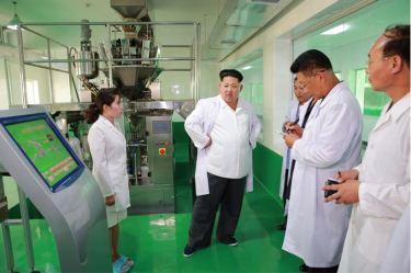 150901 - SK - KIM JONG UN - Marschall KIM JONG UN besichtigte das neugebaute Maisverarbeitungswerk Pyongyang - 06 - 경애하는 김정은동지께서 새로 건설한 평양강냉이가공공장을 현지지도하시였다