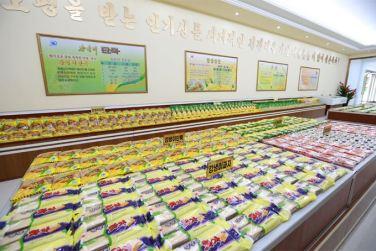 150901 - SK - KIM JONG UN - Marschall KIM JONG UN besichtigte das neugebaute Maisverarbeitungswerk Pyongyang - 09 - 경애하는 김정은동지께서 새로 건설한 평양강냉이가공공장을 현지지도하시였다