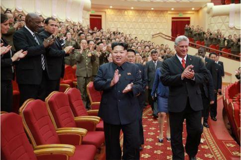 150908 - SK - KIM JONG UN - Marschall KIM JONG UN sieht Gratulationsaufführung des Moranbong-Bandes und des Verdienten Staatlichen Chorensembles mit kubanischer Delegation - 01