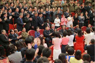 150908 - SK - KIM JONG UN - Marschall KIM JONG UN sieht Gratulationsaufführung des Moranbong-Bandes und des Verdienten Staatlichen Chorensembles mit kubanischer Delegation - 02