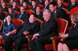 150908 - SK - KIM JONG UN - Marschall KIM JONG UN sieht Gratulationsaufführung des Moranbong-Bandes und des Verdienten Staatlichen Chorensembles mit kubanischer Delegation - 03