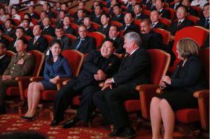 150908 - SK - KIM JONG UN - Marschall KIM JONG UN sieht Gratulationsaufführung des Moranbong-Bandes und des Verdienten Staatlichen Chorensembles mit kubanischer Delegation - 04