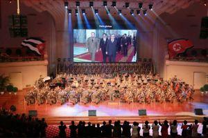 150908 - SK - KIM JONG UN - Marschall KIM JONG UN sieht Gratulationsaufführung des Moranbong-Bandes und des Verdienten Staatlichen Chorensembles mit kubanischer Delegation - 05