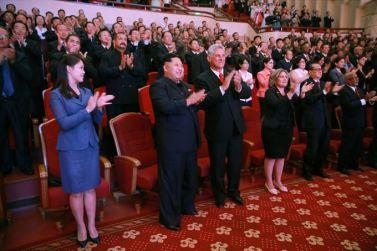 150908 - SK - KIM JONG UN - Marschall KIM JONG UN sieht Gratulationsaufführung des Moranbong-Bandes und des Verdienten Staatlichen Chorensembles mit kubanischer Delegation - 06