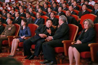 150908 - SK - KIM JONG UN - Marschall KIM JONG UN sieht Gratulationsaufführung des Moranbong-Bandes und des Verdienten Staatlichen Chorensembles mit kubanischer Delegation - 08