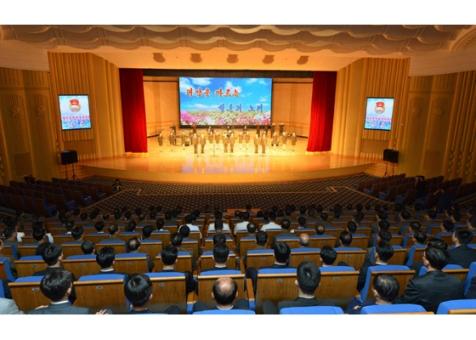 150910 - RS - KIM JONG UN - Marschall KIM JONG UN besuchte die Aufführung des Zentralen Jugend-Agitproptrupps 'Das Lied der Jugend, die der Sonne folgt' - 02 - 경애하는 김정은동지께서 청년중앙예술선전대공연 《태양을 따르는 청춘의 노래》를 관람하시였다