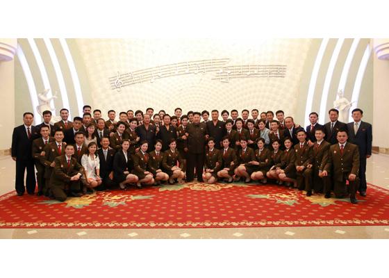 150910 - RS - KIM JONG UN - Marschall KIM JONG UN besuchte die Aufführung des Zentralen Jugend-Agitproptrupps 'Das Lied der Jugend, die der Sonne folgt' - 03 - 경애하는 김정은동지께서 청년중앙예술선전대공연 《태양을 따르는 청춘의 노래》를 관람하시였다