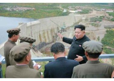 150914 - RS - KIM JONG UN - Marschall KIM JONG UN besuchte die Baustelle des Kraftwerkes der Heroischen Paektusan-Jugend, das vor der Einweihung steht - 06 - 경애하는 김정은동지께서 완공을 앞둔 백두산영웅청년발전소 건설장을 현지지도하시였다