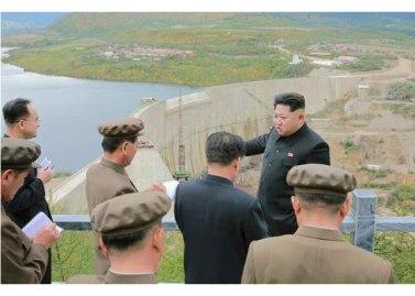 150914 - RS - KIM JONG UN - Marschall KIM JONG UN besuchte die Baustelle des Kraftwerkes der Heroischen Paektusan-Jugend, das vor der Einweihung steht - 07 - 경애하는 김정은동지께서 완공을 앞둔 백두산영웅청년발전소 건설장을 현지지도하시였다