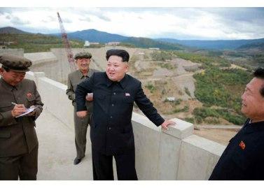 150914 - RS - KIM JONG UN - Marschall KIM JONG UN besuchte die Baustelle des Kraftwerkes der Heroischen Paektusan-Jugend, das vor der Einweihung steht - 09 - 경애하는 김정은동지께서 완공을 앞둔 백두산영웅청년발전소 건설장을 현지지도하시였다
