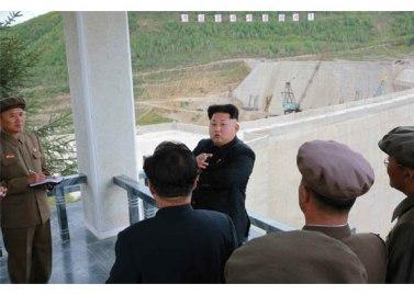 150914 - RS - KIM JONG UN - Marschall KIM JONG UN besuchte die Baustelle des Kraftwerkes der Heroischen Paektusan-Jugend, das vor der Einweihung steht - 11 - 경애하는 김정은동지께서 완공을 앞둔 백두산영웅청년발전소 건설장을 현지지도하시였다