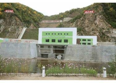 150914 - RS - KIM JONG UN - Marschall KIM JONG UN besuchte die Baustelle des Kraftwerkes der Heroischen Paektusan-Jugend, das vor der Einweihung steht - 17 - 경애하는 김정은동지께서 완공을 앞둔 백두산영웅청년발전소 건설장을 현지지도하시였다