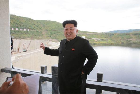 150914 - SK - KIM JONG UN - Marschall KIM JONG UN besuchte die Baustelle des Kraftwerkes der Heroischen Paektusan-Jugend, das vor der Einweihung steht - 04 - 경애하는 김정은동지께서 완공을 앞둔 백두산영웅청년발전소 건설장을 현지지도하시였다