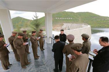 150914 - SK - KIM JONG UN - Marschall KIM JONG UN besuchte die Baustelle des Kraftwerkes der Heroischen Paektusan-Jugend, das vor der Einweihung steht - 06 - 경애하는 김정은동지께서 완공을 앞둔 백두산영웅청년발전소 건설장을 현지지도하시였다
