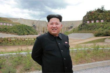 150914 - SK - KIM JONG UN - Marschall KIM JONG UN besuchte die Baustelle des Kraftwerkes der Heroischen Paektusan-Jugend, das vor der Einweihung steht - 08 - 경애하는 김정은동지께서 완공을 앞둔 백두산영웅청년발전소 건설장을 현지지도하시였다