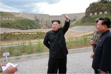 150914 - SK - KIM JONG UN - Marschall KIM JONG UN besuchte die Baustelle des Kraftwerkes der Heroischen Paektusan-Jugend, das vor der Einweihung steht - 10 - 경애하는 김정은동지께서 완공을 앞둔 백두산영웅청년발전소 건설장을 현지지도하시였다
