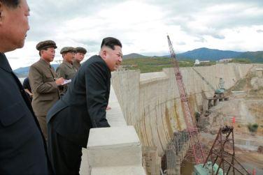150914 - SK - KIM JONG UN - Marschall KIM JONG UN besuchte die Baustelle des Kraftwerkes der Heroischen Paektusan-Jugend, das vor der Einweihung steht - 15 - 경애하는 김정은동지께서 완공을 앞둔 백두산영웅청년발전소 건설장을 현지지도하시였다
