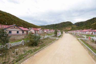 150914 - SK - KIM JONG UN - Marschall KIM JONG UN besuchte die Baustelle des Kraftwerkes der Heroischen Paektusan-Jugend, das vor der Einweihung steht - 18 - 경애하는 김정은동지께서 완공을 앞둔 백두산영웅청년발전소 건설장을 현지지도하시였다
