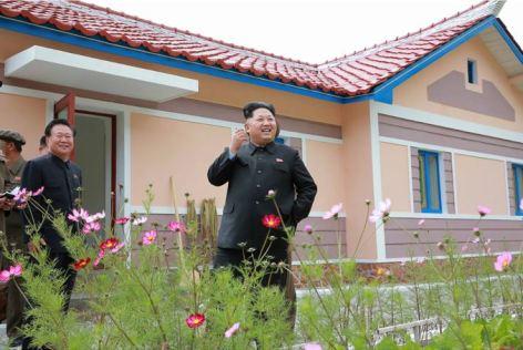150914 - SK - KIM JONG UN - Marschall KIM JONG UN besuchte die Baustelle des Kraftwerkes der Heroischen Paektusan-Jugend, das vor der Einweihung steht - 19 - 경애하는 김정은동지께서 완공을 앞둔 백두산영웅청년발전소 건설장을 현지지도하시였다