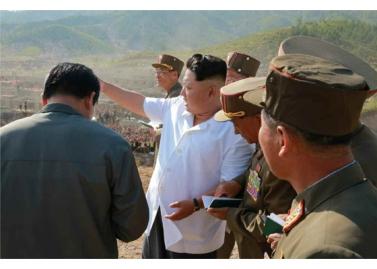 150918 - RS - KIM JONG UN - Marschall KIM JONG UN leitete die Arbeit für die Beseitigung der Überschwemmungsschäden in der Stadt Rason vor Ort an - 03 - 경애하는 김정은동지께서 라선시피해복구전투를 현지에서 지도하시였다