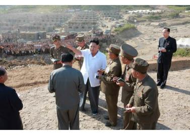 150918 - RS - KIM JONG UN - Marschall KIM JONG UN leitete die Arbeit für die Beseitigung der Überschwemmungsschäden in der Stadt Rason vor Ort an - 04 - 경애하는 김정은동지께서 라선시피해복구전투를 현지에서 지도하시였다