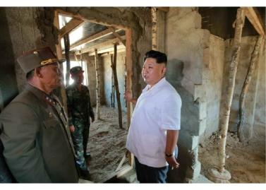 150918 - RS - KIM JONG UN - Marschall KIM JONG UN leitete die Arbeit für die Beseitigung der Überschwemmungsschäden in der Stadt Rason vor Ort an - 08 - 경애하는 김정은동지께서 라선시피해복구전투를 현지에서 지도하시였다